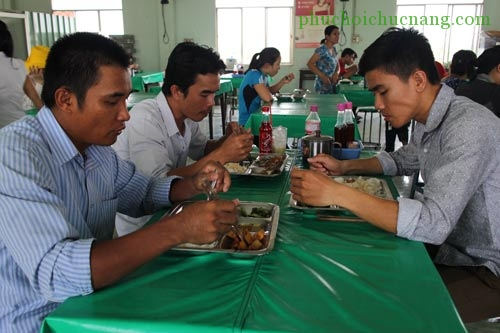 Bữa ăn giữa ca tại Công ty CP APT - KCN Tân Tạo có giá 15.000 đồng