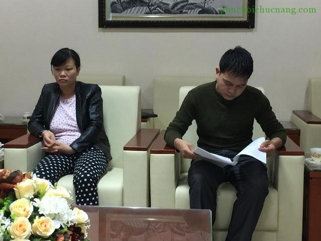 Bố mẹ bé Hoàng Gia Nguyên tại buổi họp thông báo về nguyên nhân cái chết của bé Nguyên