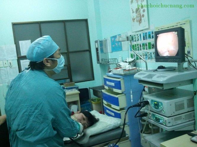 Nội soi dạ dày để lấy mẫu làm xét nghiệm tại BV Nguyễn Tri Phương - Ảnh: Đặng Lê